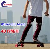 La planche à roulettes électrique de Koowheel Longboard avec le pivot duel circule en voiture (D3M)