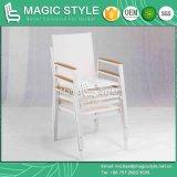 Chaise et table ronde en tissu blanc avec tablette en plastique