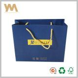 Bolsa de papel del color que hace compras de los cosméticos azules de la marca de fábrica