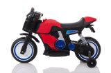 A potência roda o carro do brinquedo para miúdos