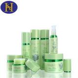Botella plástica del maquillaje con el envase de los cosméticos del color verde
