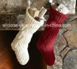 手のニットのハングのループポンポンが付いているがっしりしたクリスマスのストッキングのソックス