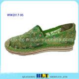 Zapatos ocasionales de las nuevas mujeres del diseñador con las flores del cordón