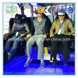 Inversionistas atractivos de la mirada que buscan el cine colgante del vuelo de la realidad virtual de los proyectos