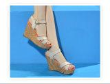 Sandalias cómodas de la cuña de la alineada de la mujer