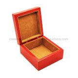 Caixa de madeira vazia vermelha gravada para o empacotamento do presente