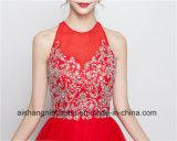 女性の水晶のプロムの服が付いている赤く短い帰郷の服