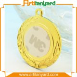 リボンが付いているめっきされた金の金属メダル