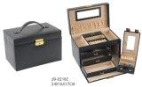 金のハードウェアが付いている標準的で黒いのどの革宝石箱