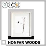 Bâti en bois amorcé blanc de photo pour le décor à la maison