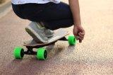 O skate elétrico de Koowheel Longboard com cubo duplo viaja de automóvel (D3M)
