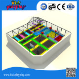Grande trampolino dell'interno multifunzionale con il pozzo della gomma piuma del raggruppamento della sfera di pallacanestro