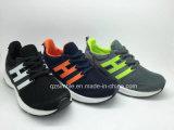 通気性の網の夏は子供のための運動靴を遊ばす