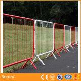 Multitud de control cerca de la barrera portátil