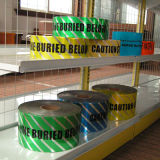 Barricade de Band van de Voorzichtigheid met Voorzichtigheid onder de Tekst die van de Waarschuwing wordt begraven