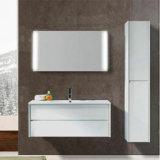 O banheiro ajustou-se com gabinete e o espelho principais