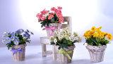 Fleurs sauvages artificielles colorées dans le panier de rotin avec le beau Bowknot pour toute décoration publique