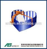 Caixa de presente de papel da cor com forma e fita do coração