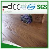 le chêne classique brun clair de 8mm Main-A gratté le plancher en stratifié de fini
