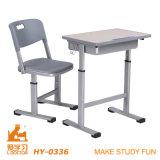 机が付いている現代プラスチック教室の椅子