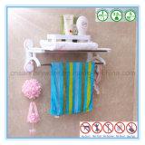 壁に取り付けられた浴室のタオル掛け棒棚