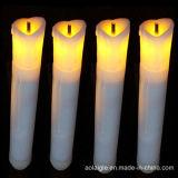 키 큰 Tealight Vitive는 불꽃 없는 LED 무덤 초를 불빛에 비춰 조사한다