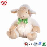 Moutons se reposants de peluche d'agneau blanc beaux avec le jouet vert de bande