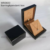 Рука фабрики произвела черную лоснистую коробку ювелирных изделий картины