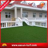 Erba artificiale poco costosa verde sembrante naturale per la decorazione