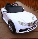 Kind-Spielzeug-Fernsteuerungskind-Fahrt des Benz-RC auf Auto