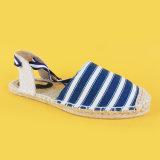 La banda delle donne merletta in su i pattini dei sandali delle scarpe di tela dell'azzurro di blu marino