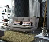 Gepolstertes Sofabed mit den Metallchrom-Beinen im Morden Entwurf