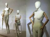 Mannequin fêmea envolvido linho da ligação da tendência com braços de madeira