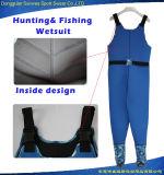 Los hombres que buscan el salto del llano de la aptitud de la pesca calzan el Wetsuit de Trathlon