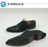 Schuhe der Männer verwendet durch die Prägung des Leders