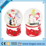 Boneco de neve de Deco do Natal dentro do globo da neve da resina