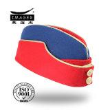 Chapeau latéral rouge et bleu avec des boutons en métal