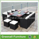 Persona esterna 6 che pranza la mobilia del rattan del cubo