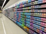 Двойник встал на сторону полка гондолы супермаркета