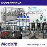 Máquina de enchimento bebendo engarrafada da água mineral