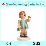 Les statues mignonnes en gros de résine de figurine de garçon autoguident la décoration