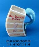 A caneca cerâmica decorativa do dia do Valentim