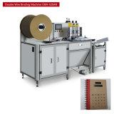 3 cores dobram o livro de exercício grampeando do fio da impressão dos lados que faz o caderno da máquina que faz a máquina