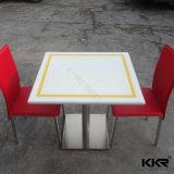 正方形2のSeatersの固体表面の石造りのダイニングテーブルの上