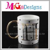 学生のコーヒー・マグの方法は印刷のマグによって形づいた