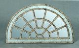 Frame de madeira do espelho do vintage antigo na forma redonda