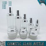 Botellas cosméticas y tarros del vidrio helado con las tapas de plata brillantes