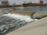 Acqua che riempie la diga di gomma blu dell'acqua