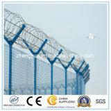 有刺鉄線の網が付いている空港の保安の塀の上