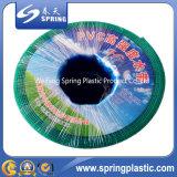 작은 직경 PVC 물 관개에 의하여 놓이는 뚱뚱한 호스 또는 관